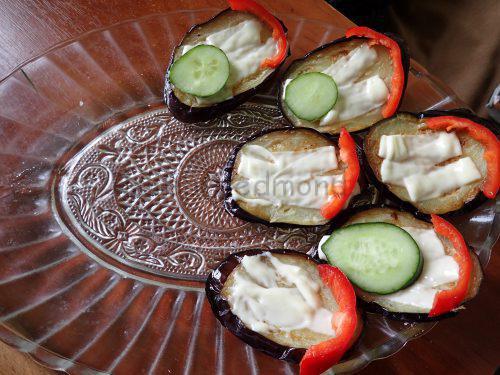 Выложите баклажаны на блюдо