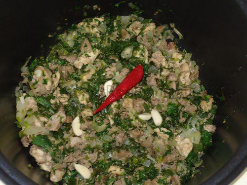 Обжарьте мясо с зеленью