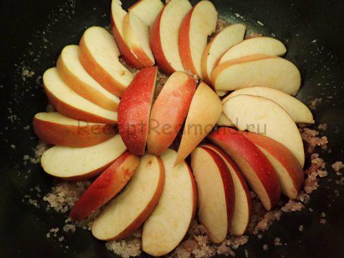 Уложите яблоки очень плотно