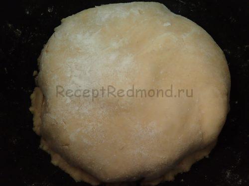 Выложите тесто на яблоки